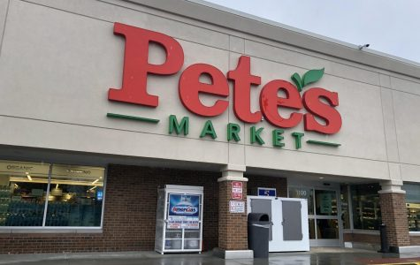 Pete's Market attracts guests with an inviting bright sign. Congruent with other Pete's franchises, this will let prospective customers know that Pete's has opened in their hometown.